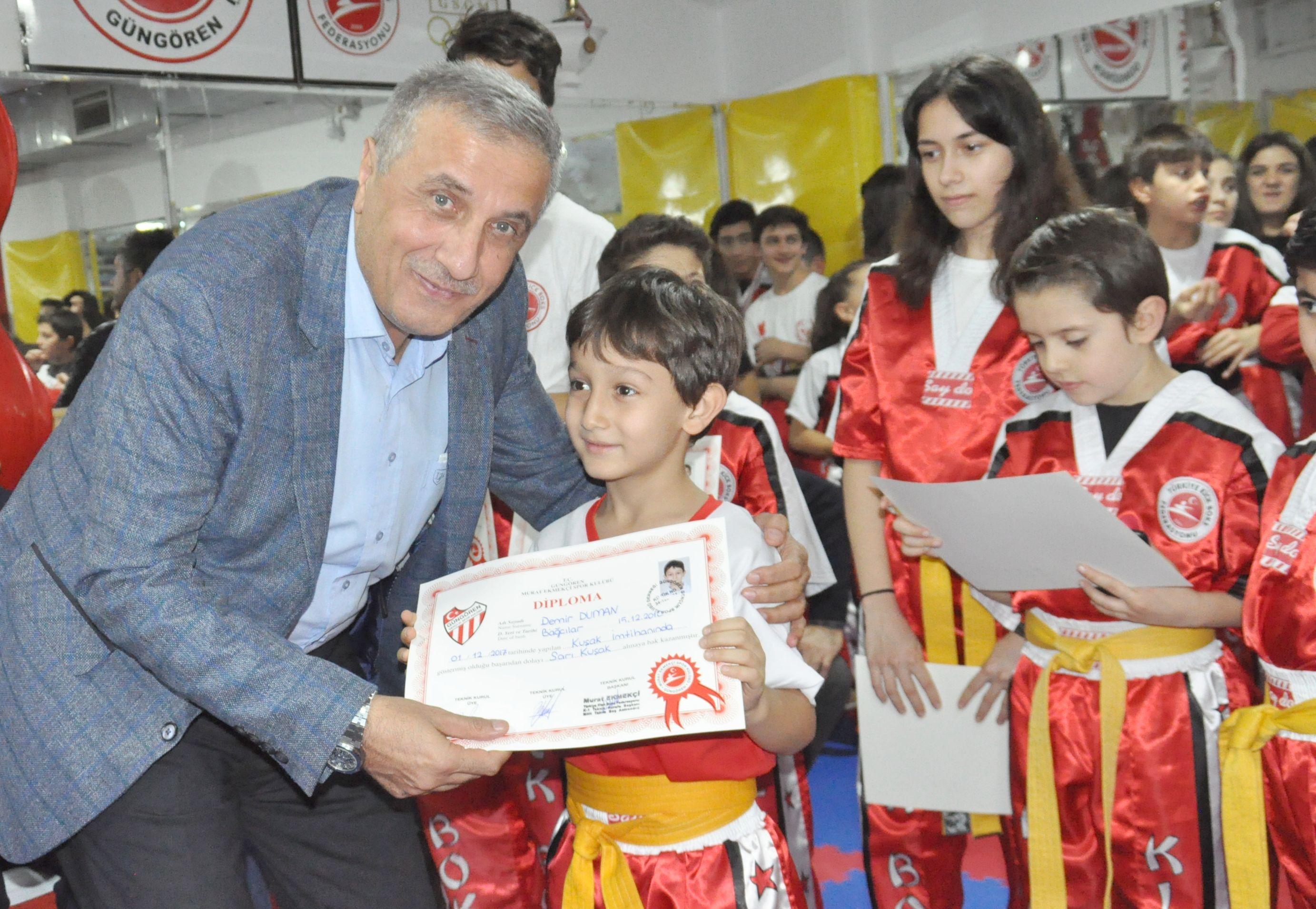 Güngören Murat Ekmekçi Kick Boks Spor Okulu'nda diploma sevinci
