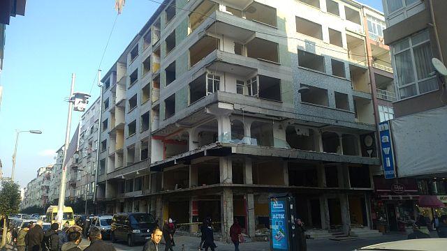 Güngören'de Genç kız deprem hasarlı binada intihar etti