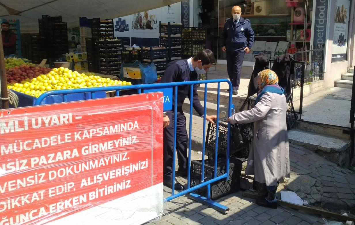 Yaşlı nine pazarda zabıta bariyerini yıkıp geçmeye çalıştı