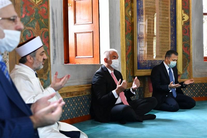 İstanbul'un Fethinin 567. Yıl Dönümünde Fatih Sultan Mehmet Han Kabri Başında Anıldı