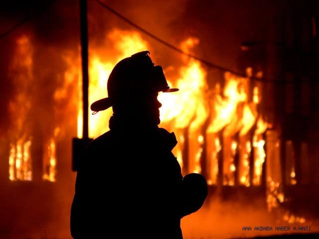 Esenyurt Kıraç'ta plastik fabrikasında yangın itfaiyeyi alarma geçirdi