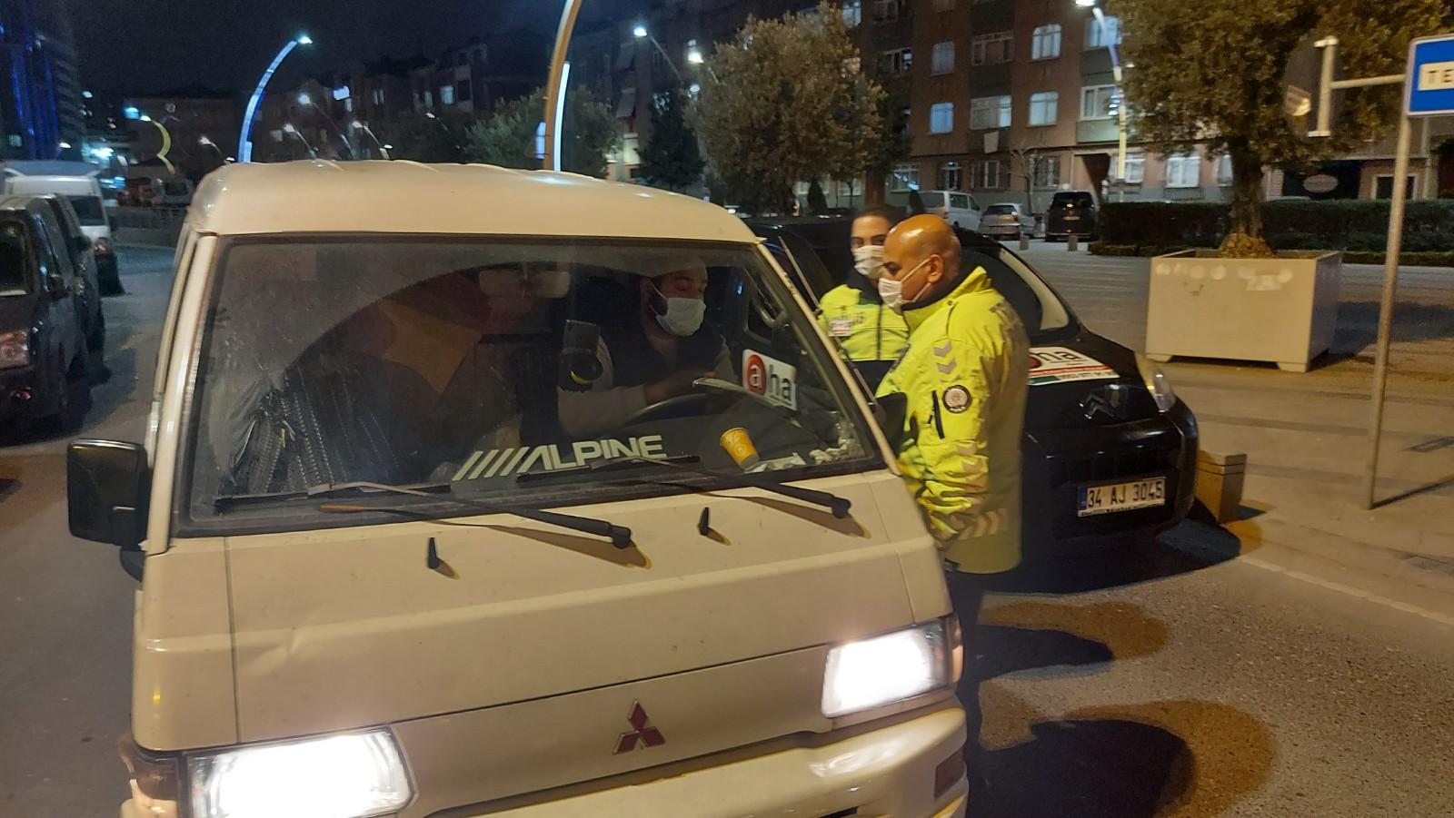 Zeytinburnu'nda, Araç içindeki alkol keyfinin sonu karakolda bitti